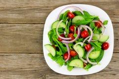 Салат сада на плите с деревянной предпосылкой Стоковые Изображения