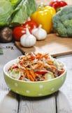 Салат свежего овоща в шаре поставленном точки зеленым цветом Стоковое фото RF