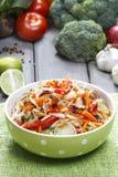 Салат свежего овоща в шаре поставленном точки зеленым цветом Стоковые Фотографии RF