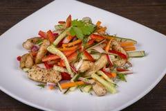 Салат свежего овоща с мясом цыпленка в белой плите Стоковые Фото
