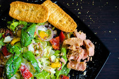 Салат свежего овоща с хлебом и тунцом Стоковая Фотография