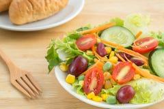 Салат свежего овоща с хлебом стоковая фотография