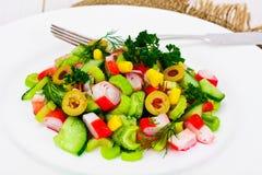 Салат сельдерея, ручки краба, огурца, зеленых оливок и укропа Стоковая Фотография RF