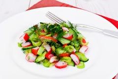 Салат сельдерея, ручки краба, огурца, зеленых оливок и укропа Стоковые Изображения RF