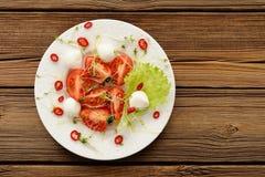 Салат сделанный свежих томатов, перца chili, mozarella и waterc Стоковые Изображения RF