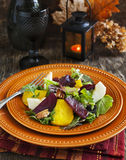 Салат с зажаренными в духовке бураками, яблоком и пеканами Стоковые Фото