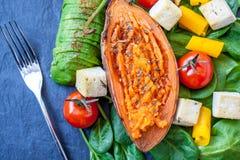 Салат с зажаренными овощами: зажаренные сладкие картофели, томаты, авокадоы, шпинат Стоковое Изображение RF