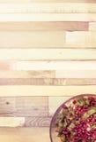 Салат с зернами гранатового дерева на деревянной предпосылке Стоковые Фото