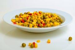 Салат с зелеными горохами, мозолью и красным перцем Стоковая Фотография