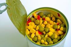 Салат с зелеными горохами, мозолью и красным перцем Стоковые Фотографии RF