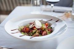 Салат с козий сыром в ресторане Стоковые Изображения RF