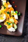 Салат с козий сыром и tangerines на коричневой плите Стоковое Изображение RF