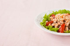 Салат с креветкой, томатами и чечевицами стоковое изображение