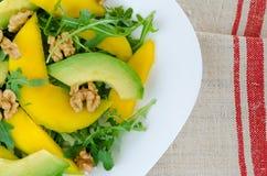 Салат с манго, авокадоом, rucola и грецкими орехами Стоковые Фото