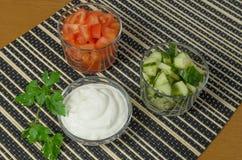Салат с огурцами, томатами и сметаной, майонезом Стоковая Фотография RF