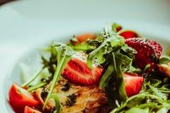 Салат с семгами на белой плите Концепция фото еды еды образа жизни здоровая клубника макроса в фокусе Стоковое фото RF