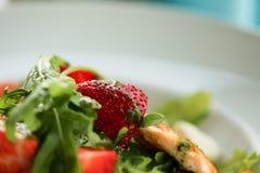 Салат с семгами на белой плите Концепция фото еды еды образа жизни здоровая клубника макроса в фокусе Стоковая Фотография RF