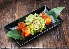 Салат с семгами, салатом и сезамом стоковая фотография rf