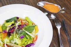 Салат с соусом на таблице Стоковая Фотография RF