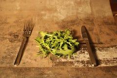Салат с столовым прибором на каменной предпосылке Стоковые Изображения
