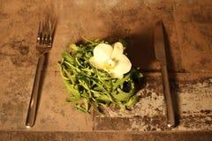Салат с столовым прибором на каменной предпосылке Стоковое Изображение