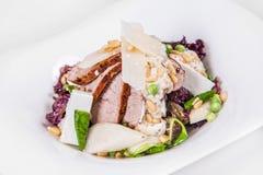 Салат с частями очень вкусной домодельной копченой ветчины, фасолей, горохов, спаржи, цветной капусты приправленной с соусом, сыр Стоковое Фото