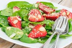 Салат с шпинатом и клубникой Стоковые Фото