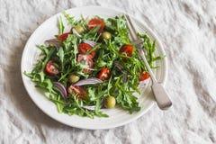 Салат с arugula, томатами вишни и салатом оливок здоровая заедк Стоковое Изображение RF