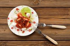 Салат томатов, перца chili, лука, mozarella и кресс-салата внутри Стоковое Изображение