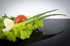 Салат, томат вареного яйца, луки Стоковые Фото