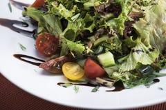 Салат тунца с томатами вишни 12close поднимает съемку Стоковое фото RF