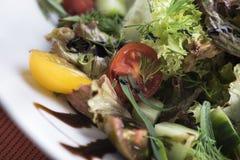Салат тунца с томатами вишни 14close поднимает съемку Стоковое фото RF