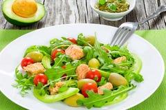 Салат тунца с томатом arugula, зеленых оливок, авокадоа и вишни Стоковые Фото