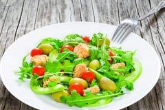 Салат тунца с томатом arugula, зеленых оливок, авокадоа и вишни Стоковое Изображение RF