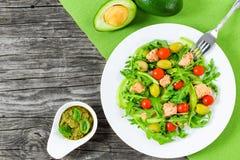 Салат тунца с томатом arugula, зеленых оливок, авокадоа и вишни Стоковые Фотографии RF