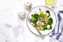 Салат цветной капусты с шпинатом младенца, грецкими орехами и красным луком верхняя часть VI Стоковая Фотография