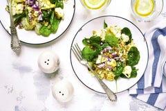 Салат цветной капусты с шпинатом младенца, грецкими орехами и красным луком верхняя часть VI Стоковые Изображения RF