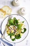 Салат цветной капусты с шпинатом младенца, грецкими орехами и красным луком верхняя часть VI Стоковые Изображения