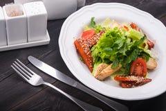 салат цезаря зажженный цыпленком Стоковая Фотография