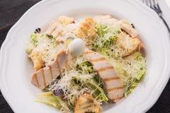 салат цезаря зажженный цыпленком Стоковая Фотография RF