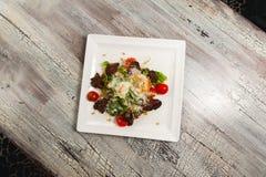 Салат цезаря с мясом, томатами на деревянной таблице Стоковые Фото