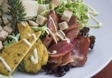 Салат цезаря с цыпленком и беконом 3 Стоковые Изображения RF