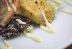 Салат цезаря с цыпленком и бекон 10close поднимают съемку Стоковая Фотография
