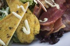 Салат цезаря с цыпленком и бекон 11close поднимают съемку Стоковая Фотография