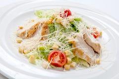 Салат цезаря с цыпленком на белой круглой плите Стоковое фото RF