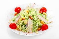 Салат цезаря с цыпленком, салатом айсберга, сыр пармесаном, шлихтой цезаря стоковое фото rf