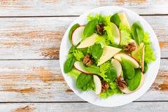 Салат яблока, шпината, сыра, листьев салата, caramelized wal Стоковые Изображения RF