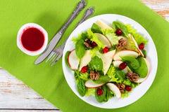 Салат яблока, шпината, сыра, листьев салата, caramelized wal Стоковое фото RF
