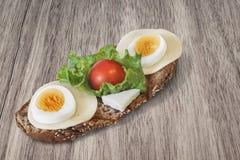 Салат яичка сыра и сандвич томата вишни на деревянном столе Стоковые Фото