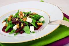 Салат Arugula, кипеть свеклы, сыр и грецкие орехи Стоковое фото RF